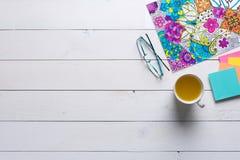Livres de coloriage adultes, concept de mindfulness photographie stock libre de droits