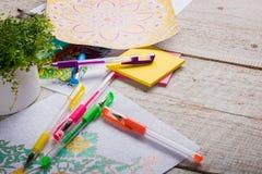 Livres de coloriage adultes, nouvelle tendance de recuit de stabilisation Photo stock
