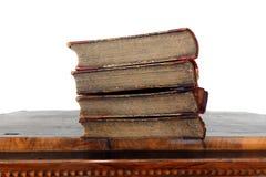 Livres de cru dans des couvertures d?labr?es sur la vieille surface de table d'isolement photo libre de droits