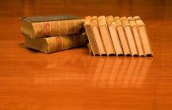 Livres de cru sur la table en bois Photographie stock libre de droits