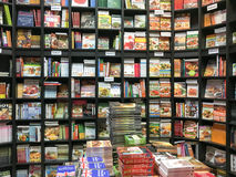 Livres de cuisine de nourriture à vendre sur l'étagère de bibliothèque Images libres de droits
