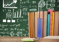 Livres de la Science et tube à essai sur le premier plan de bureau avec des graphiques de tableau noir des formules de la science illustration stock