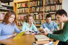 Livres de lecture d'étudiants dans la bibliothèque Image stock