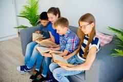 Livres de lecture d'ados Photo libre de droits