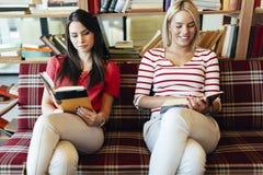 Livres de lecture d'amis Photo libre de droits