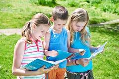 Livres de lecture d'enfants d'amis dehors Images libres de droits