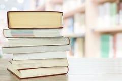 Livres de lecture dans la bibliothèque photos libres de droits