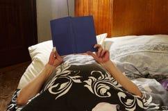 Livres de lecture dans le lit Photos libres de droits