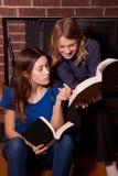 Livres de lecture de filles ensemble Photos stock