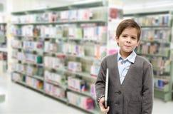 Livres de lecture de petit garçon ensemble sur le fond blanc Images stock