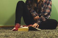 Livres de lecture de femme dans la maison confortable images stock