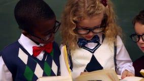 Livres de lecture mignons d'élèves banque de vidéos