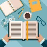 Livres de lecture sur le bureau Photo libre de droits