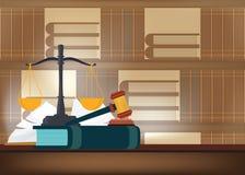 Livres de loi avec un marteau du ` s de juge sur une table et des étagères à livres sur le Ba Photos libres de droits