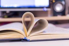 Livres de pages sous forme de coeurs photos libres de droits