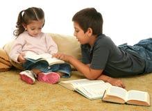 Livres de relevé de frère et de soeur sur l'étage Image stock
