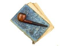 Livres de tuyau et d'antiquité de tabagisme Tuyau de tabac sur les livres antiques Détendez en lisant de vieux livres tabagisme Photographie stock libre de droits