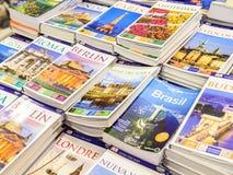 Livres de voyage à vendre sur l'étagère de bibliothèque Images libres de droits