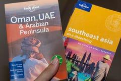Livres de voyage de Lonely Planet à disposition de l'Oman, les EAU et la péninsule Arabe et l'Asie du Sud-Est photo stock