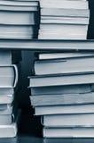 Livres empilés dans le bleu noir et blanc modifié la tonalité Images stock