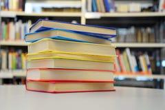 Livres empilés Livres dans la bibliothèque Pile des livres Livres colorés Image libre de droits