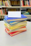 Livres empilés Livres dans la bibliothèque Pile des livres Livres colorés Carte vierge Insérez votre propre texte Photographie stock libre de droits