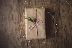 Livres enveloppés sur une table et des lumières de Noël Photo libre de droits