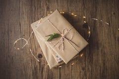 Livres enveloppés sur une table et des lumières de Noël Images stock
