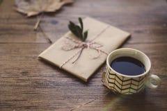 Livres enveloppés sur une table et un café Photographie stock libre de droits