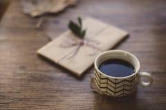 Livres enveloppés sur une table et un café Image stock