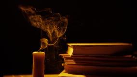 Livres et bougie Incendie et fumée banque de vidéos