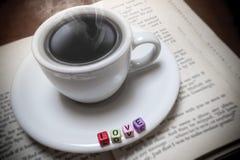 Livres et café d'amour Photographie stock