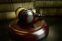 Livres et marteau de loi image libre de droits