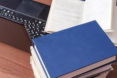 Livres et ordinateur portable sur le bureau images libres de droits