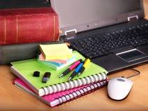 Livres et ordinateur portatif. Approvisionnements d'école. Image stock