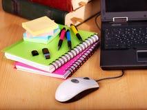 Livres et ordinateur portatif. Approvisionnements d'école. Photo stock