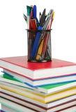 Livres et panier de support dans les crayons lecteurs d'isolement sur le blanc Photos libres de droits