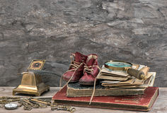 Livres et photos antiques, clés et accessoires d'écriture Image stock