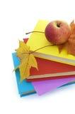 Livres et pomme Photo stock