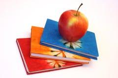 Livres et pomme d'étude Photo stock