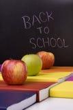 Livres et pommes à l'école Photo stock