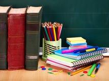 Livres et tableau noir. Approvisionnements d'école. Photos libres de droits