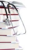 Livres et un stéthoscope médical. photos libres de droits