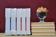 Livres et vase Images stock