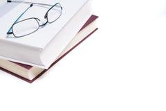 Livres et verres de lecture sur le blanc Photographie stock