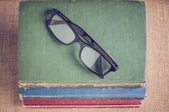 Livres et verres de lecture sur le fond de toile de jute de vintage avec Inst Photographie stock libre de droits