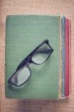 Livres et verres de lecture sur le fond de toile de jute de vintage avec Inst Photo stock