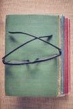 Livres et verres de lecture sur le fond de toile de jute de vintage avec Inst Image libre de droits