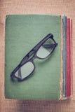 Livres et verres de lecture sur le fond de toile de jute de vintage avec Inst Images libres de droits