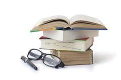 livres et verres de stylo-plume Images stock